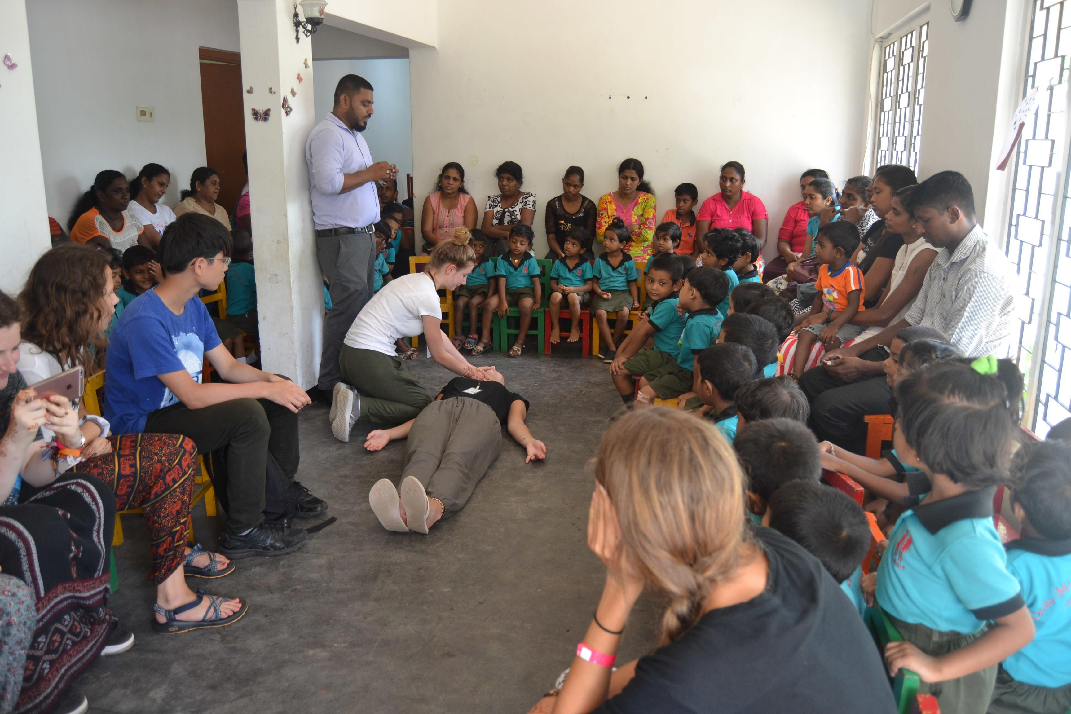 Projects Abroad Physiotherapy interns in Sri Lanka join other medical interns to learn about and practice CPR.